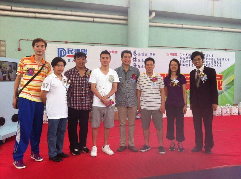 本會教練們(左一:郭忠平教練、左四:容度朗教練、右二:莫卡莎教練)與八方支援基金會創辦人:莊漢傑先生、奧運男子雙打亞運-高禮澤先生及活動的負責人一同合照